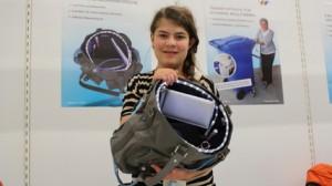 Die junge Eva Höfl mit ihrer variablen Damenhandtasche (c) poltecNathanael Meyer